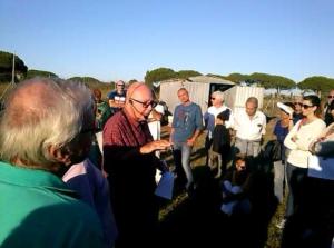 Il Prof. Torelli durante una visita agli scavi di Gravisca
