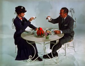 Walt Disney  mentre prende un tè con Julie Andrews sul set di Mary Poppins nel 1964
