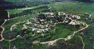 Neve Shalom - Wahat al Salam, il villaggio fondato da un monaco in cui ebrei ed arabi convivono condividendo l'amministrazione